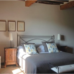 Borghetto Calcinaia: One of the large bedrooms, casa mandorlo