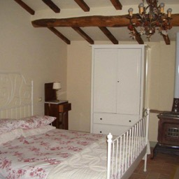 Casa Annabella: The characteristic double bedroom with chestnut beams and cotto floor, tastefully furnished