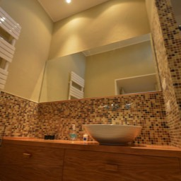 Casa Monte: Clean and modern design bathroom, one of the ensuite bathrooms