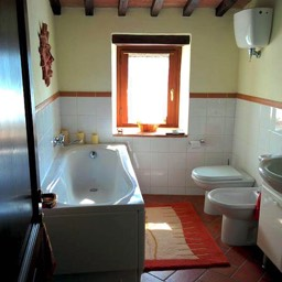 Il Castelletto: One of the two bathrooms, equipped with both bath and shower