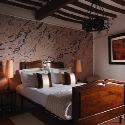 La Taverna al Monte: One of the tastefully decorated spacious bedrooms