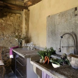 Poggiodoro: The modern steel kitchen with ancient work top