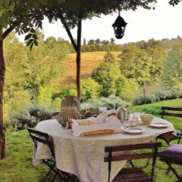 Poggiodoro: Dining with a view, under the wysteria pergola
