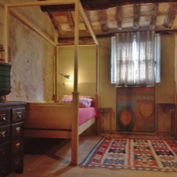 Poggiodoro: 2 single poster beds in the bohemian bedroom